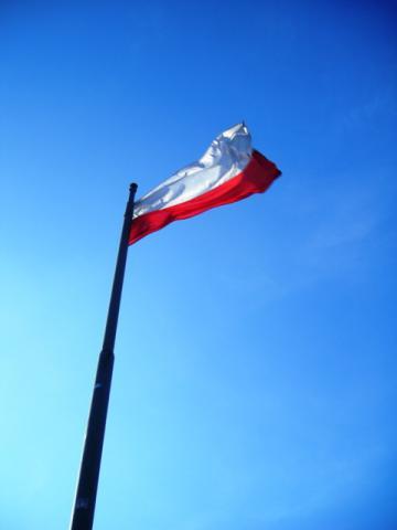 Flaga Polska na szczycie kopca, autor: bikerrr