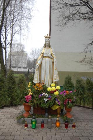 Figura Matki Boskiej usytuowana wśród bloków mieszkalnych. - MojRower.pl