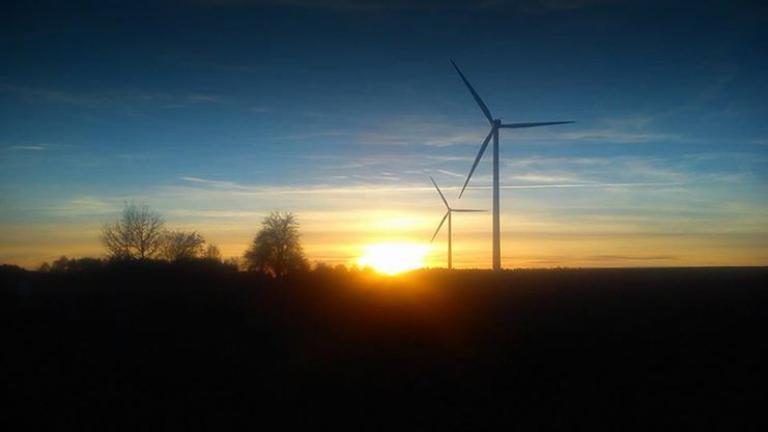 Farmy wiatrowe przy zachodzie słońca , autor: Emilia Borek