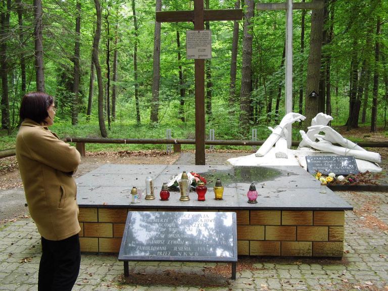 Przy szlaku niebieskim w lesie Turzańskim mogiła i pomnik sowieckiego terroru, autor: iwperelka