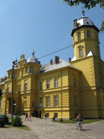 Pałac obecnie szkoła w Stuchowie wyremontowana ze środków UE - MojRower.pl