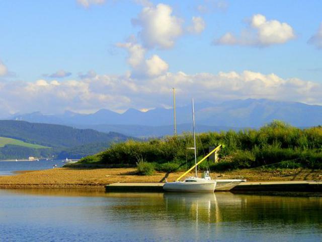 Tatry widziane z brzegu jeziora, autor: codecalm