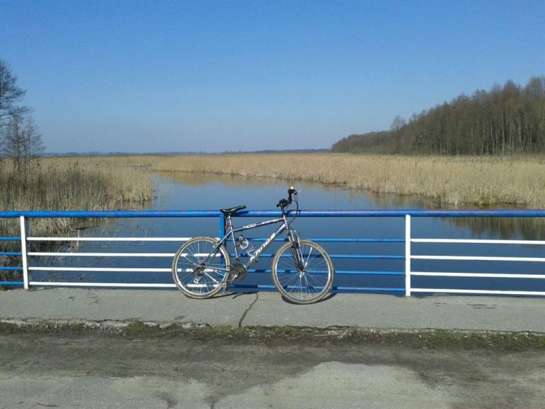 Docieramy do wsi Łuknajno i przejeżdżamy przez most nad kanałem łączącym jeziora Łuknajno i Śniardwy, autor: matiasphoto