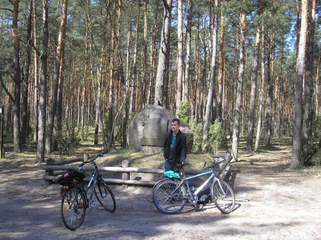 Kamień Ułanów Jazłowieckich - jeden z pierwszych punktów orientacyjnych na trasie, autor: rogal111