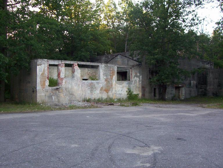 Zabudowania obok bunkra, autor: olekowy