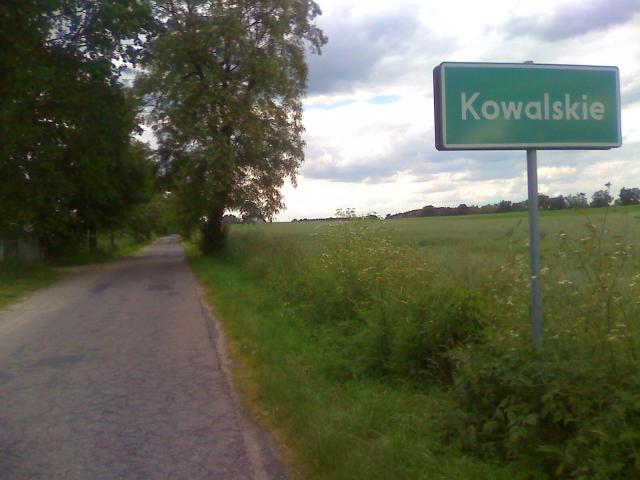 Kowalskie - tabliczka, droga i pole - MojRower.pl
