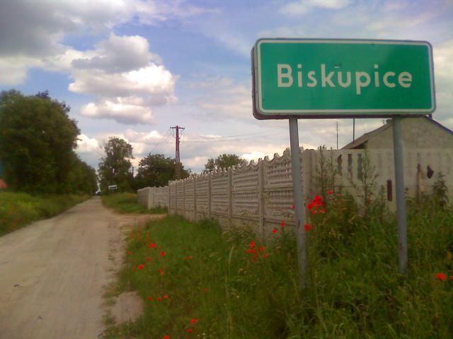 Biskupice - tabliczka i droga - MojRower.pl