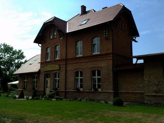 Odnowiony stary budynek dworca kolejowego - Rezydencja Stary Dworzec, autor: tymooteusz