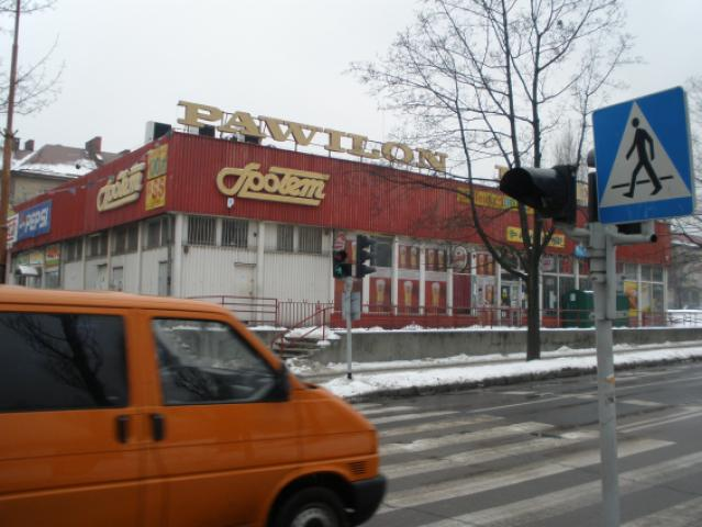 """Pawilon """"Społem"""" - przed nim należy skręcić w lewo, na ulicę PCK, autor: codecalm"""