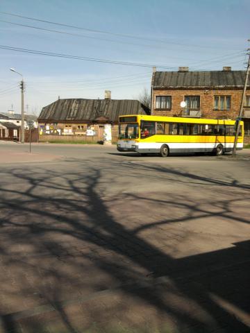 wesołym elementem kolorystycznym bywa w Karczewie żółty autobus, autor: dominik-wodz