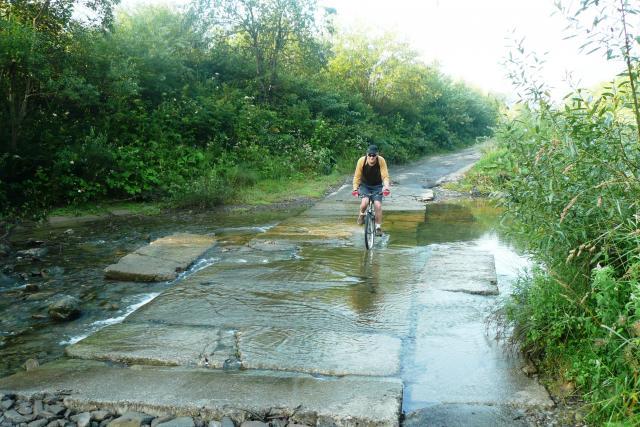 kończy się droga i trzeba przejechać przez rzekę - MojRower.pl