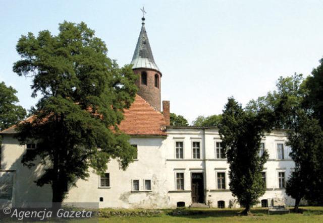 Zamek w Karłowicach, ul. Młyńska 7  Zbudowany jako gotycki pod koniec 1 poł. XIV w. z inicjatywy rycerskiej rodziny Tschammerów. Z tego okresu zachowane znaczne partie murów obwodowych, fragmenty bramy oraz cylindryczna wieża. W późniejszym czasie  zamek - MojRower.pl