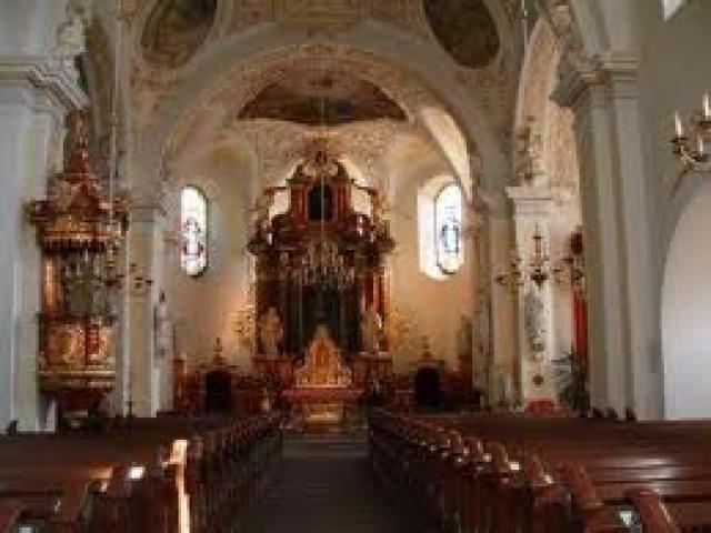 Wieś w gminie Popielów, położona na Równinie Opolskiej, nad rzeką Stobrawą, przy linii kolejowej Jelcz-Laskowice – Opole. Wzmiankowana w 1344 r. jako własność Czambora de Kertzendorf, w 1712 r. na mocy dokumentu cesarza Karola VI nadano osadzie praw - MojRower.pl