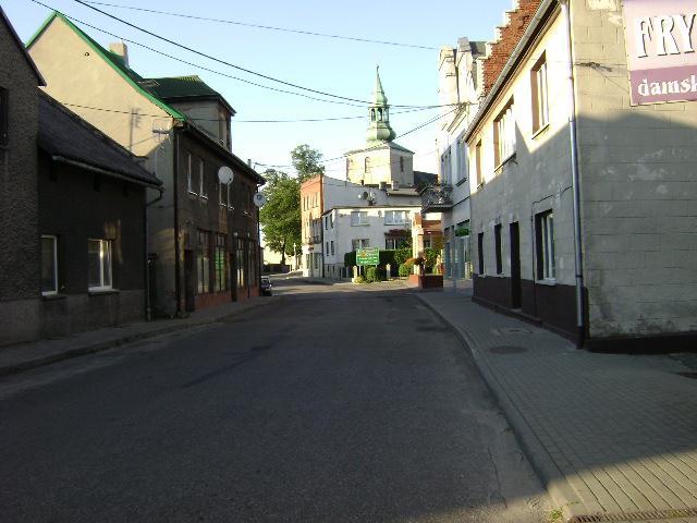 Wiielowieś, uliczka z widokiem na kościół. - MojRower.pl