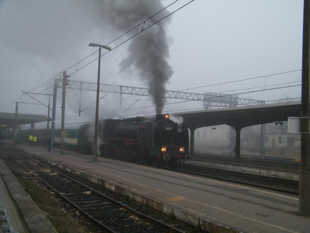 Lokomotywa we mgle na stacji Poznań Główny, autor: leon