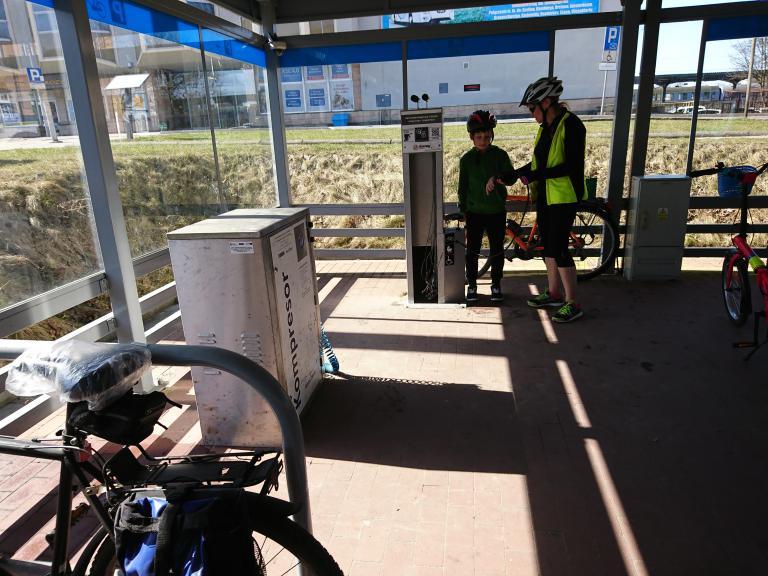 na stacyjce rowerowej przy PKP można dopompować koła, autor: zdzichuw
