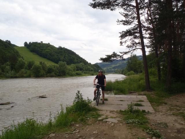 Rytro. Rzeka Poprad. Na górze w tle ruiny zamku - MojRower.pl